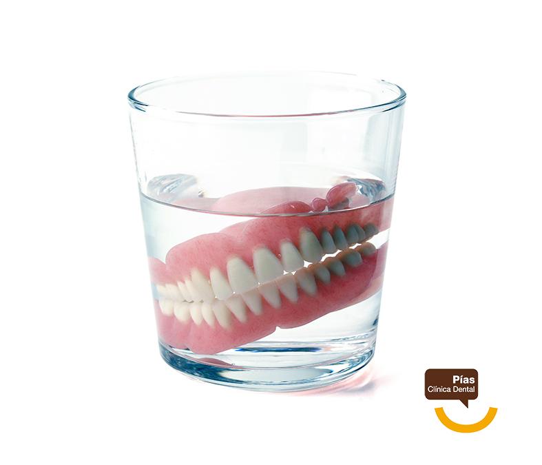 La dentadura postiza suele ser la alternativa a los implantes dentales escogida por las personas mayores