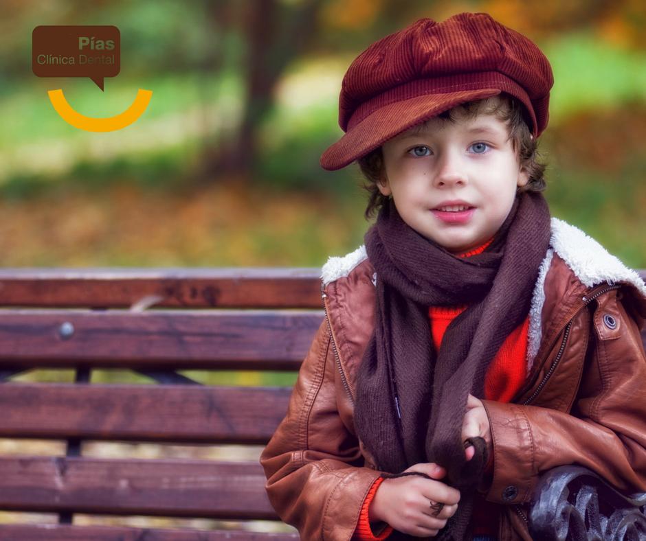 Niño abrigado con bufanda en invierno