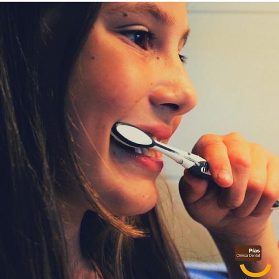 Hay que cepillarse los dientes.