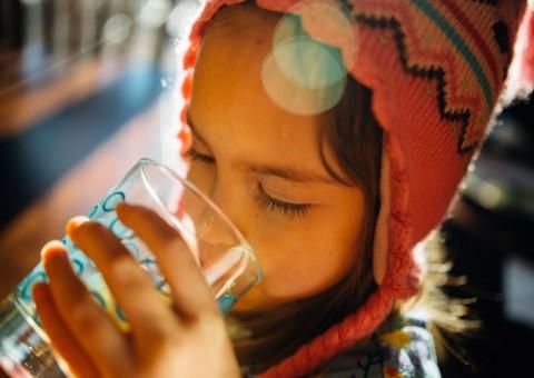 Beber líquidos sin azúcar ayuda a mantener la calidad de saliva adecuada en la boca